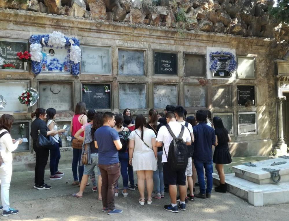 Estudiantes de Turismo del CETT vienen a conocer el cementerio de Montjuïc