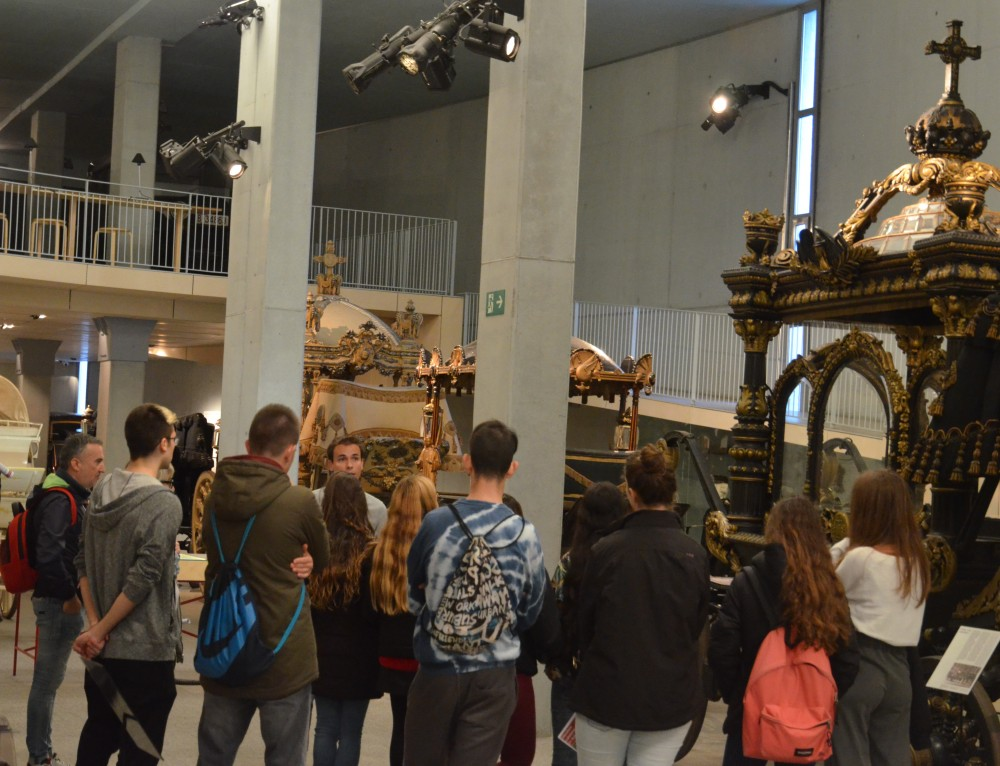 Ventura Gassol Institute visits the collection of funeral carriages