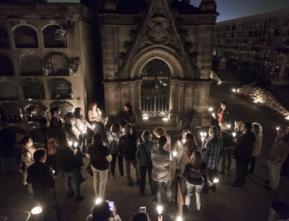 Èxit de convocatori a la ruta nocturna del cementiri de Poblenou